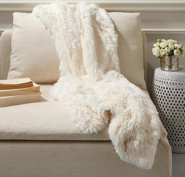 Two's Company Tozai Home Fabulous Faux Fur Arctic Fox Throw, Casa